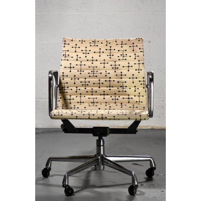 Mid-Century Modern Herman Miller Eames Dot Fabric Aluminum Group Management Chair - Set of 10 For Sale - Image 3 of 10