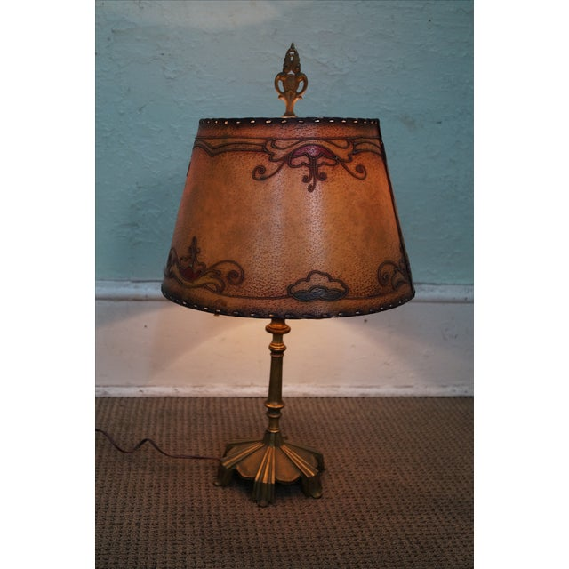 A Remington, antique brass table lamp with shade. AGE/COUNTRY OF ORIGIN: Approx 75 years, America DETAILS/DESCRIPTION:...