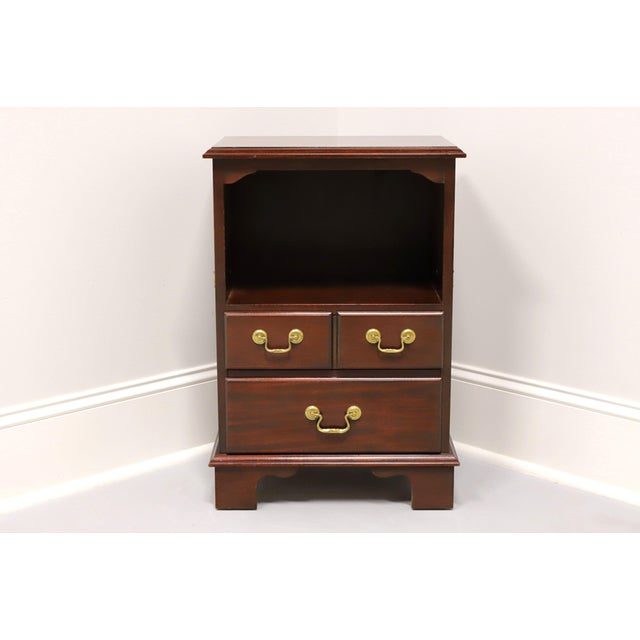 A Traditional style nightstand, unbranded, on par with high end furniture makers such as Thomasville and Henredon. Inlaid...