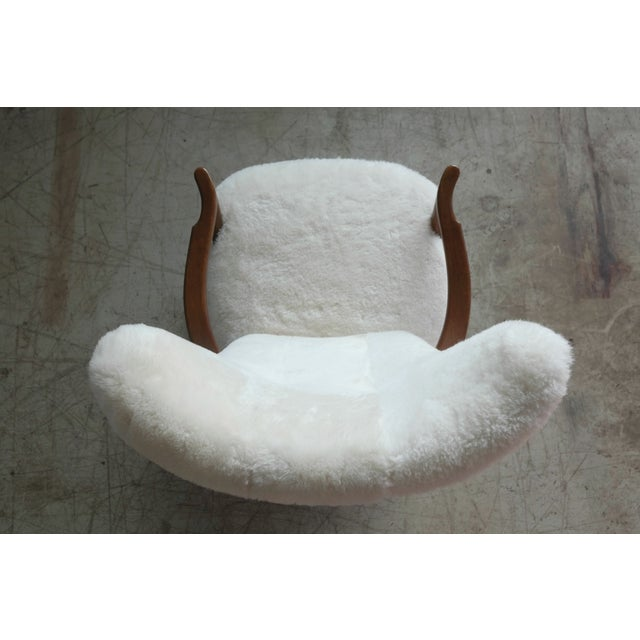 Fritz Hansen Style Lounge Chair and Ottoman Covered in White Shearling Sheepskin For Sale - Image 10 of 12