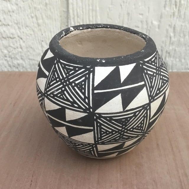 Mid 20th Century 20th Century Native American Emmalita Chino Monochromatic Acoma Seed Pot For Sale - Image 5 of 6