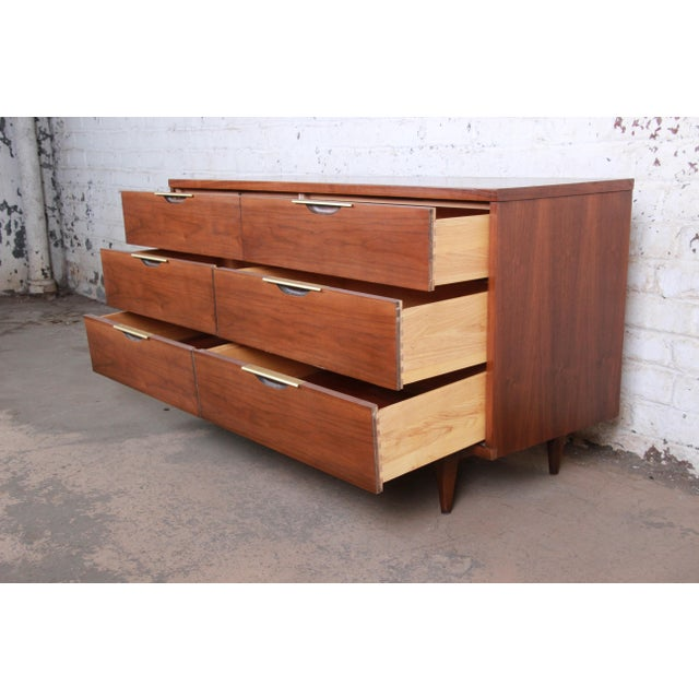 """Kent Coffey """"The Tableau"""" Mid-Century Modern Walnut Six-Drawer Long Dresser or Credenza For Sale In South Bend - Image 6 of 12"""