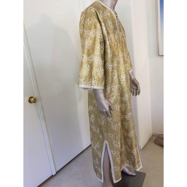 1960s Moroccan Caftan in Silver and Gold Brocade Vintage Gentleman Kaftan For Sale In Los Angeles - Image 6 of 9