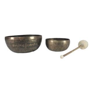 Vintage Set of 2 Bronze Nesting Incised Singing Bowls or Standing Bowls With Mallet For Sale