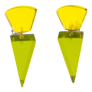 Harriet Bauknight for Kaso Dangle Geometric Lucite Clip Earrings Olive & Yellow For Sale
