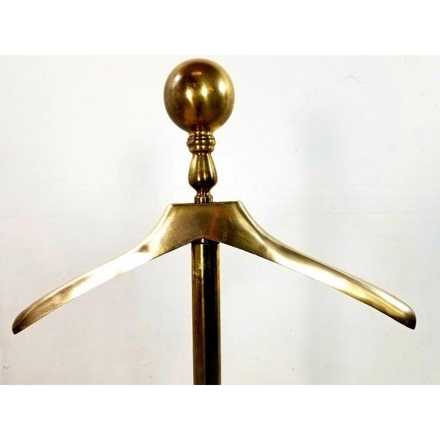 1960s Hollywood Regency Gentleman Brass Valet For Sale - Image 4 of 13