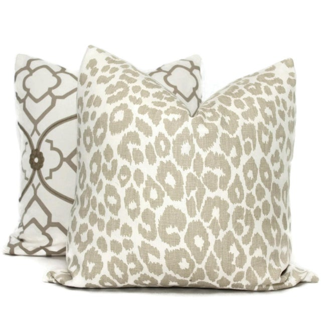 "Contemporary 20"" X 20"" Schumacher Iconic Leopard in Linen Decorative Pillow Cover For Sale - Image 3 of 4"