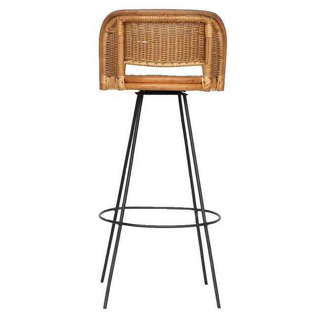 Seng of Chicago Swivel Wicker and Iron Bar Stools, Pair For Sale - Image 4 of 6