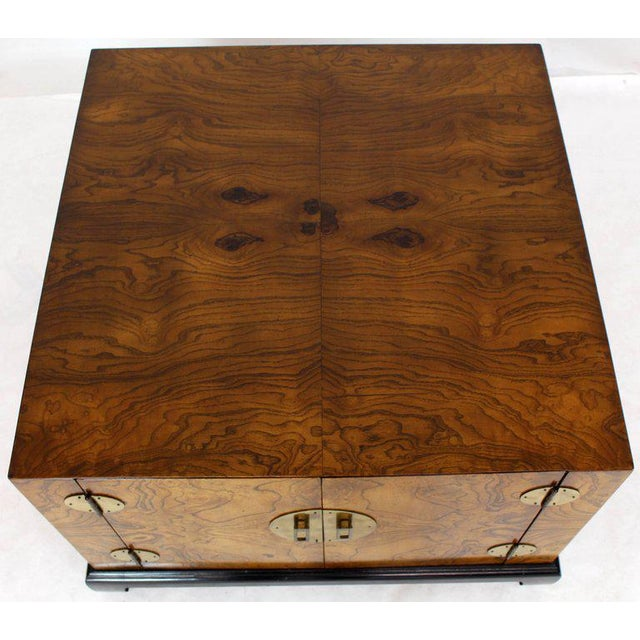 1970s Mid-Century Modern Burl Walnut Black Lacquer Base Brass Hardware Cube Shape End Table For Sale - Image 12 of 14