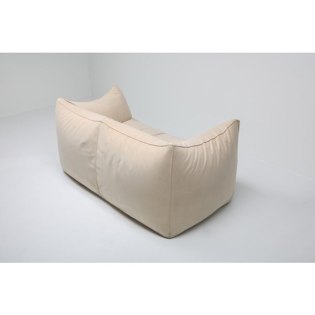 "Beige 1970s Mario Bellini ""Le Bambole"" Two-Seat Couch in Alcantara For Sale - Image 8 of 11"