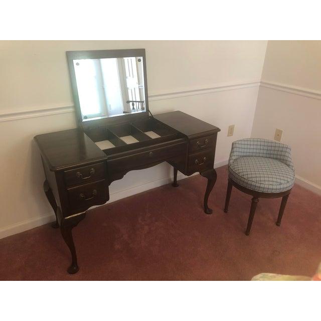 Henkel Harris Virginia Gallery Queen Anne Vanity and Chair For Sale - Image 13 of 13