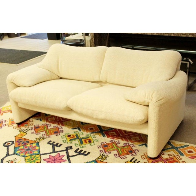 White Mid-Century Modern Atelier Int Maralunga Sculptural Loveseat by Magistretti for Cassina For Sale - Image 8 of 10