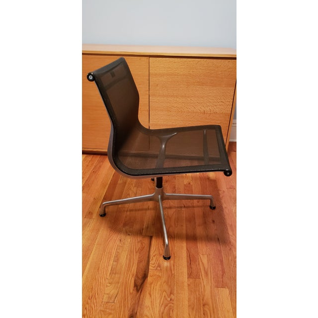 A pair of original Eames vitra aluminum swivel desk chairs. Still in very good condition. So comfortable. Ideal for dining...