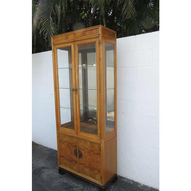 American American of Martinsville Hollywood Regency China Display Cabinet Cupboard 2397 For Sale - Image 3 of 13