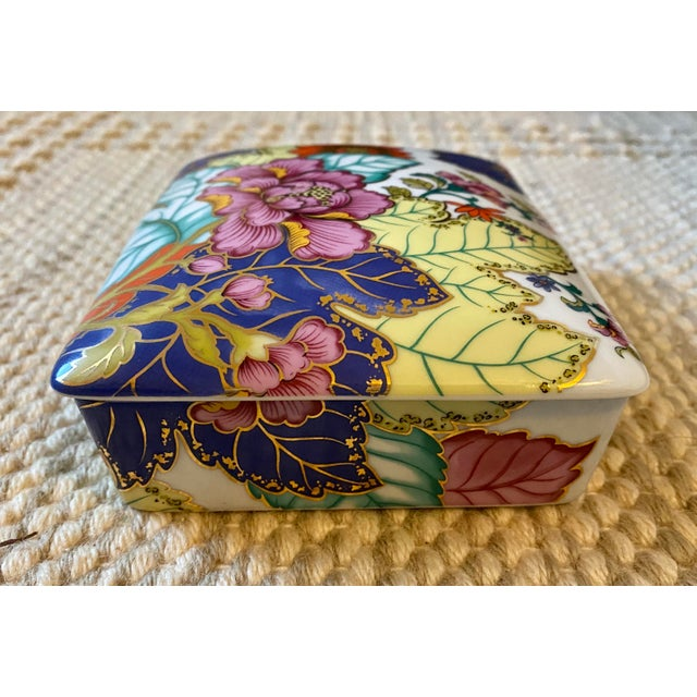 Mid 20th Century Vibrant Vintage Japanese Tobacco Leaf Covered Porcelain Box For Sale - Image 5 of 8