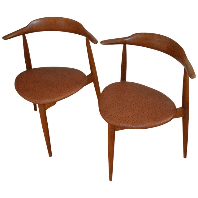 Hans Wegner Midcentury Heart Chairs in Oak and Ostrich Leather, Pair For Sale