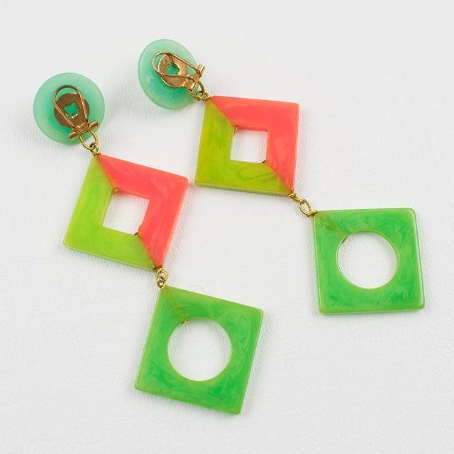 1960s Pop Art Bakelite Dangling Clip on Earrings Tutti Frutti Pastel Colors For Sale - Image 5 of 6