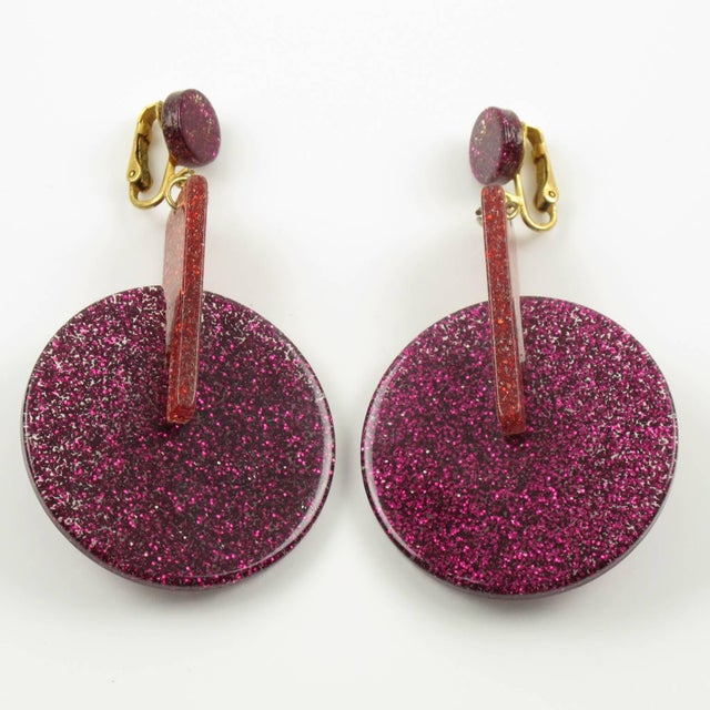 Contemporary Oversized Italian Lucite Dangling Clip on Earrings Fuchsia Silver Flakes Inclusions For Sale - Image 3 of 6