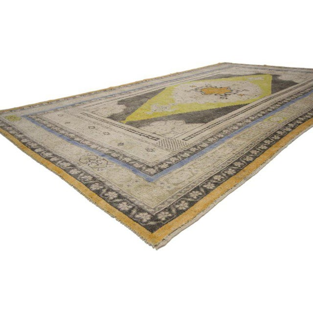 52311, vintage Turkish Oushak area rug. This hand-knotted wool vintage Turkish Oushak area rug features a large beige...