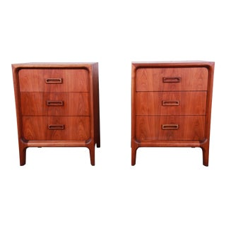 Widdicomb Mid-Century Modern Walnut Bachelor Chests / Large Nightstands - a Pair For Sale
