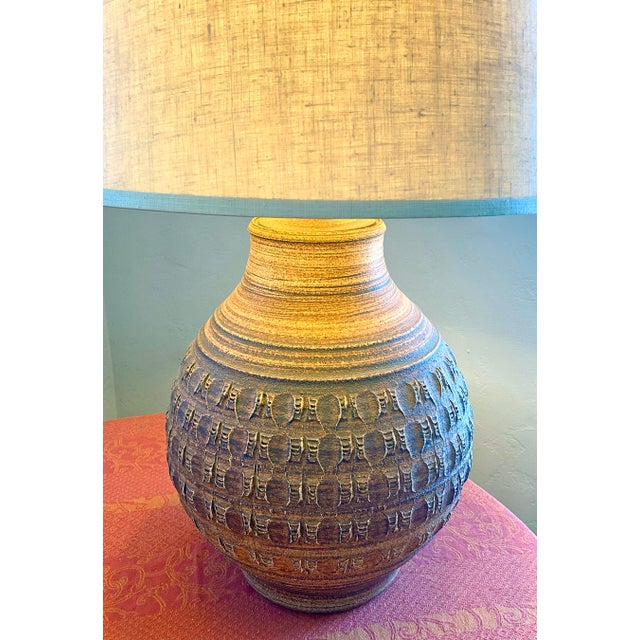 Mid-Century Modern 1970s Bob Kinzie/Phil Barkdoll Mid-Century Modern Stoneware Table Lamp With Shade For Sale - Image 3 of 5