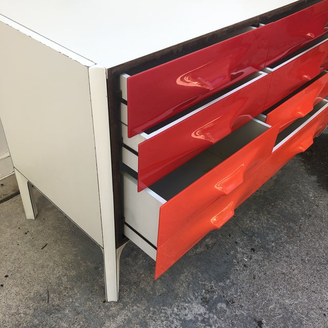 Red Raymond Loewy Red and White Space Age Df2000 Dresser For Sale - Image 8 of 13