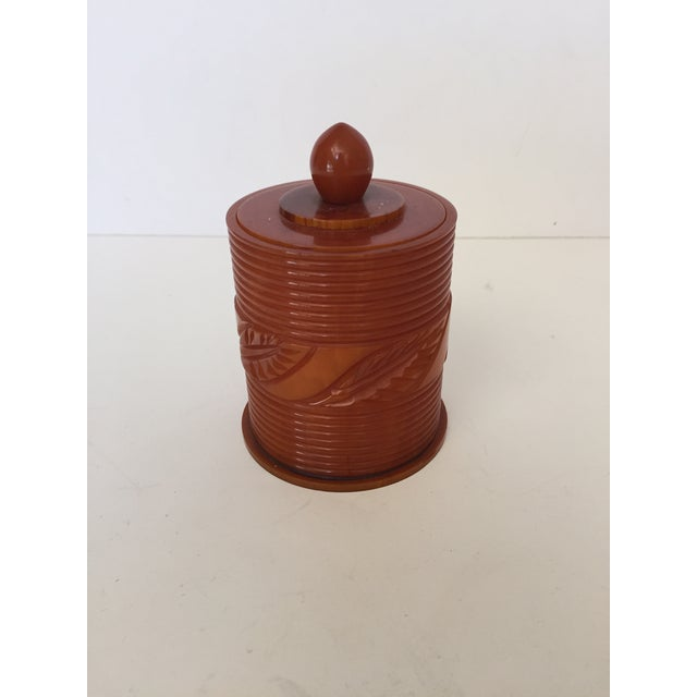 Who does not love Bakelite? I don't know because I do, especially decorative objects like boxes. And this is no exception....