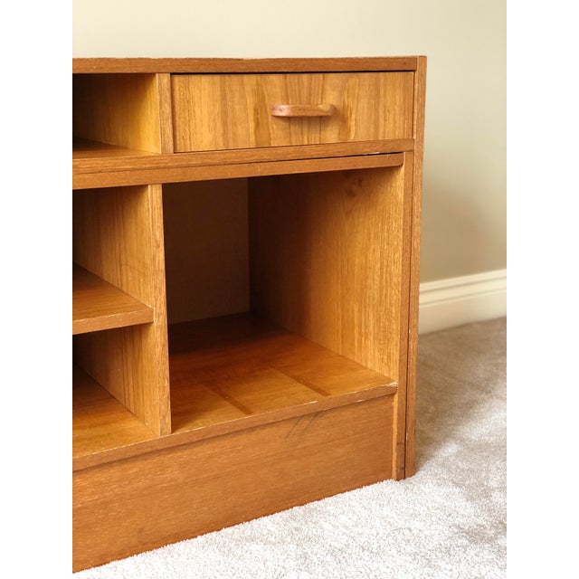 1960s Vintage Danish Mid Century Modern Expandable Teak Bookshelf For Sale In Detroit