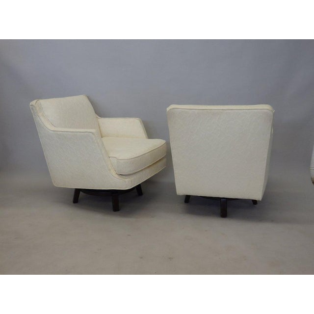 Mid 20th Century Pair of White Edward Wormley for Dunbar Swivel Lounge Chairs For Sale - Image 5 of 7