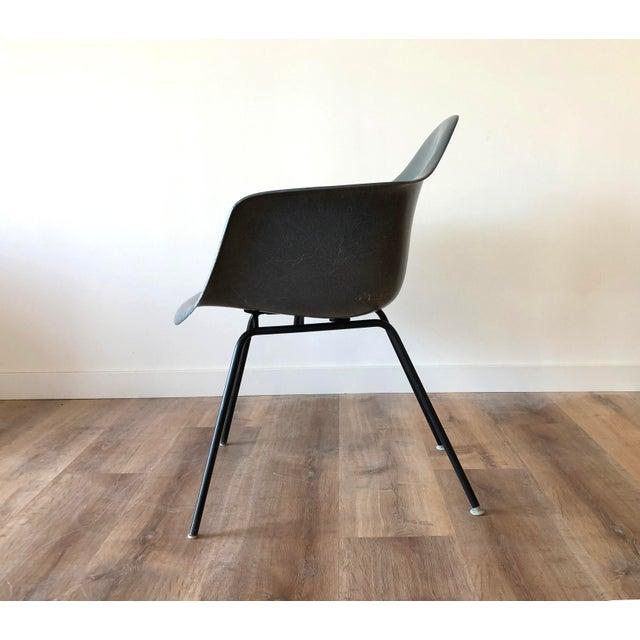 Mid-Century Modern Eames Fiberglass Molded Side Chair for Herman Miller For Sale - Image 3 of 13