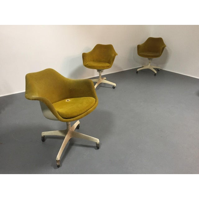 Knoll Eero Saarinen for Knoll Rare Swivel Arm Chairs - Set of 4 For Sale - Image 4 of 5