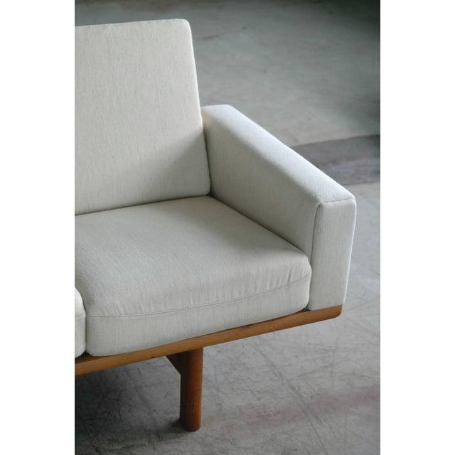 Hans Wegner Hans Wegner for Getama Model Ge-236/4 Four Seat Sofa in Oak and Beige Wool For Sale - Image 4 of 11