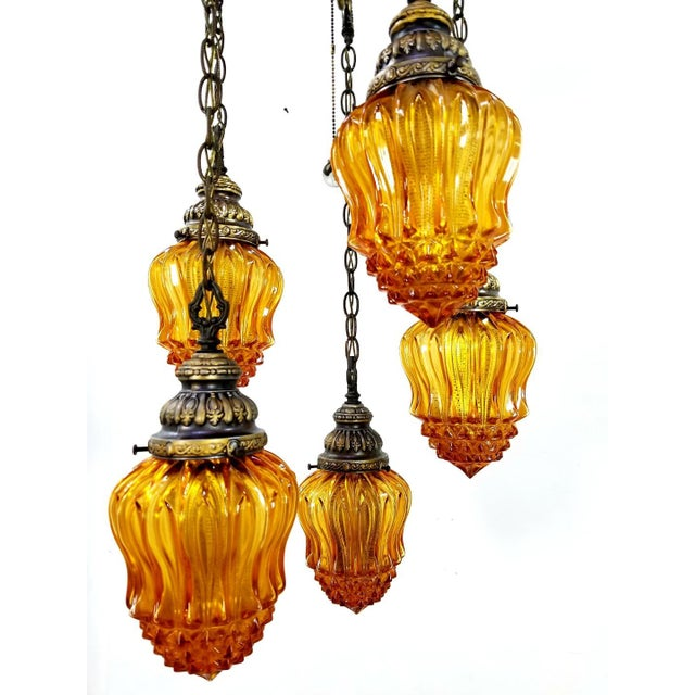1960s Mid-Century Modern Hollywood Regency Amber Swag 5 Crackle Globe Brass Hanging Lamp For Sale - Image 4 of 13