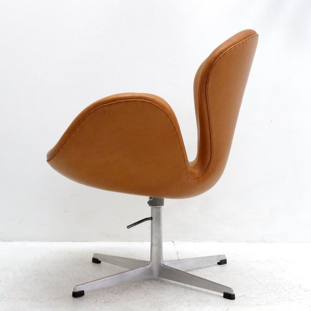 Fritz Hansen Arne Jacobsen Model 3320 Brown Leather Swan Chair For Sale - Image 4 of 13
