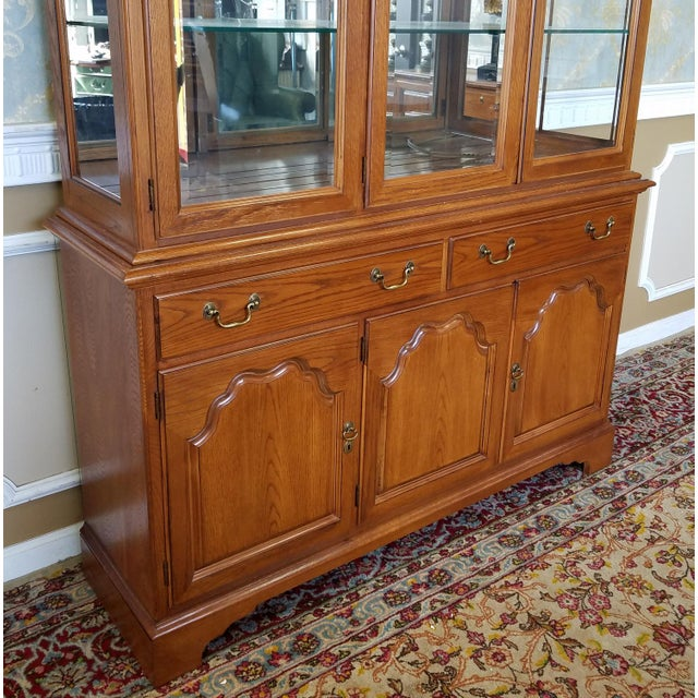 1990s Oak Drexel Heritage Carleton Collection Dining Room China Cabinet - Image 5 of 11