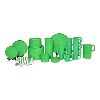 Heller Dinnerware by Lella and Massimo Vignelli in Kelly Green 58 Pieces Plus Napkins For Sale
