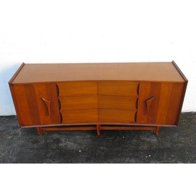 This magnificent Dresser is made of wood, solid wood, walnut, veneer, and is in good condition. This wonderful Dresser is...