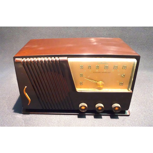Plastic Silver Tone Circa 1950 Vintage Radio Offers a Wonderful Deco Look For Sale - Image 7 of 7