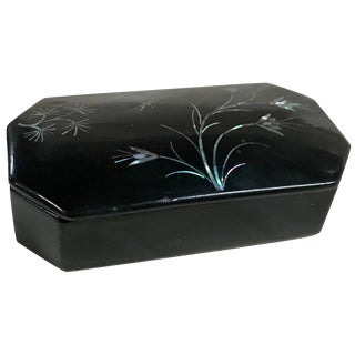 Mother-Of-Pearl Flowers and Dragonfly on Asian Black Lacquer Snuff Box For Sale