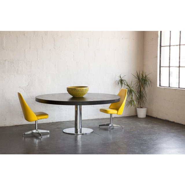 This retro fitted top puts a spin on the classic Knoll base.