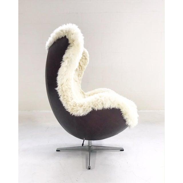 Mid-Century Modern Arne Jacobsen for Fritz Hansen Egg Chair Restored in Brazilian Sheepskin and Leather For Sale - Image 3 of 10