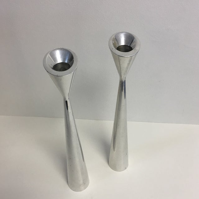 Abstract Nambe Studio Pair of Modernist Polished Metal Candlesticks For Sale - Image 3 of 6