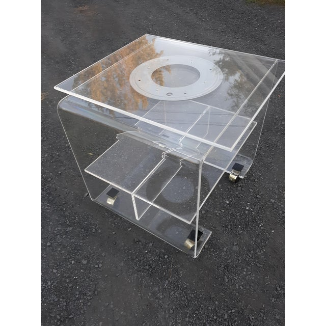 This is a high quality,thick and clear,vintage lucite tv stand from the 1970's or 1980's. The top swivels 360 degrees. The...
