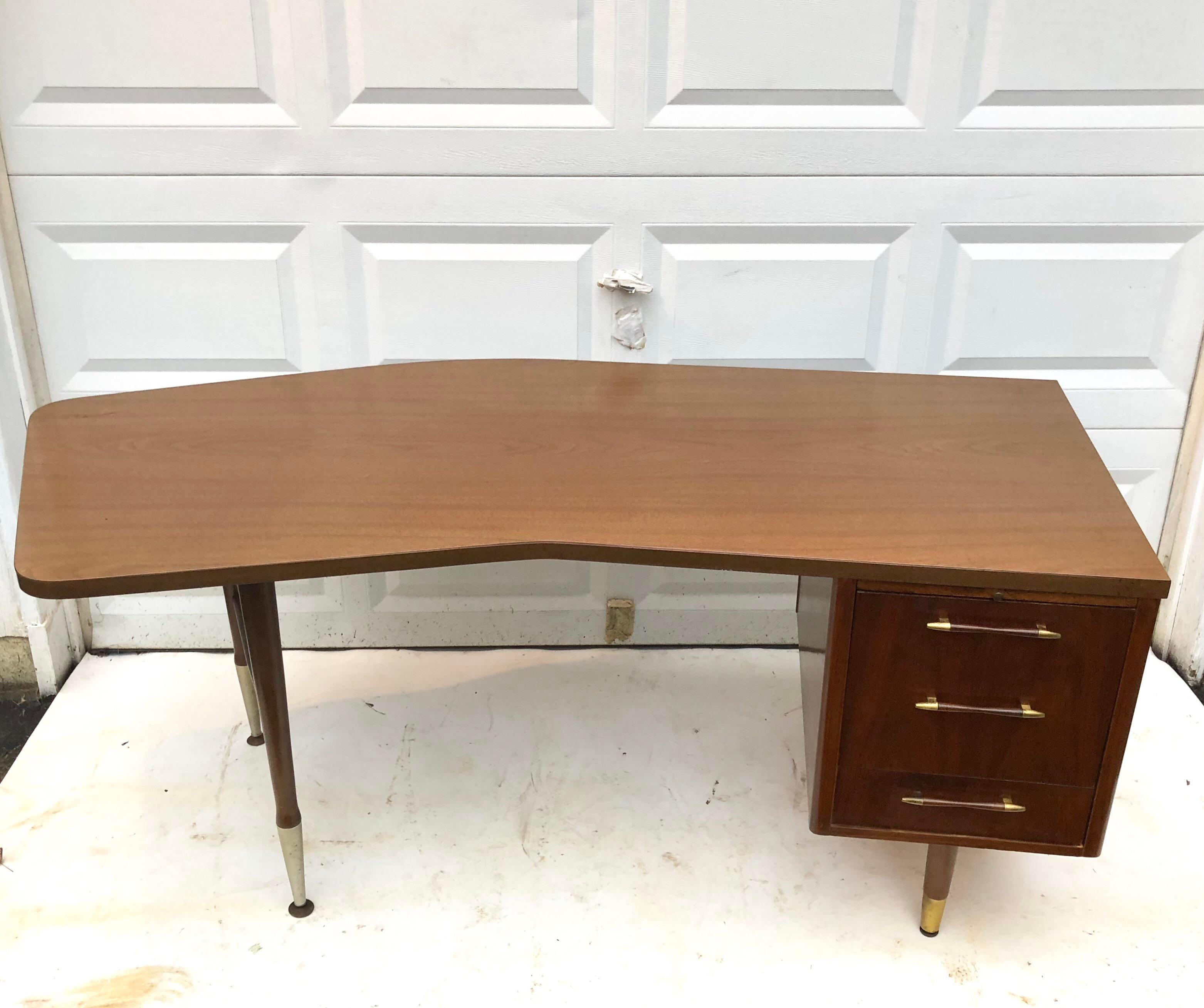 Ordinaire This Large Vintage Desk Features Mid Century Style And A Spacious  Workspace. Durable Laminate Top