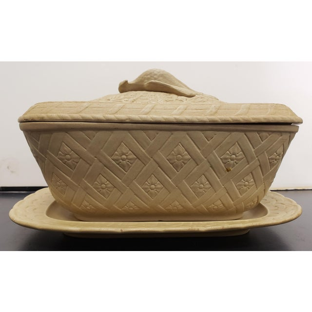 Up for sale is an Early to Mid 19th Century English Wedgwood Caneware Game Pie Dish with Underplate! The game pie dish...