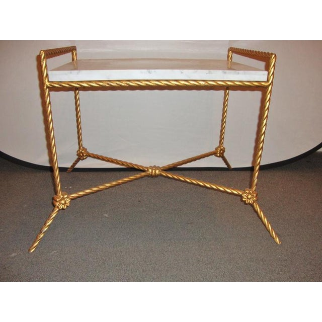 Aesthetically pleasing rectangular marble top seat bench. Twisted metal base having florets and painted gold.