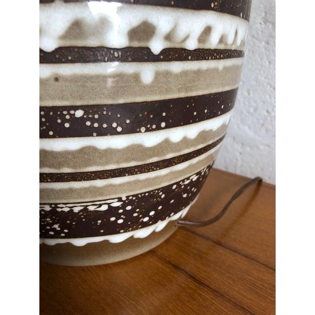Ceramic Vintage Mid Century Modern Ceramic Table Lamp. For Sale - Image 7 of 8