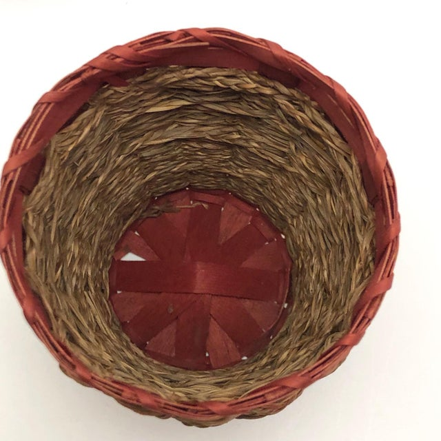 Natural Fiber 20th Century Primitive Wabanaki Sweetgrass and Dyed Ash Splint Lidded Basket For Sale - Image 7 of 13