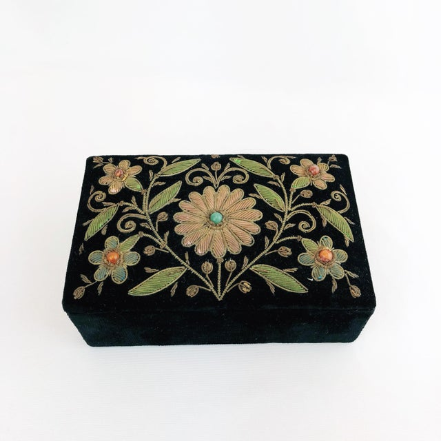 Early 20th Century Antique Zardozi Floral Embroidered Jewelry Trinket Box For Sale - Image 9 of 9