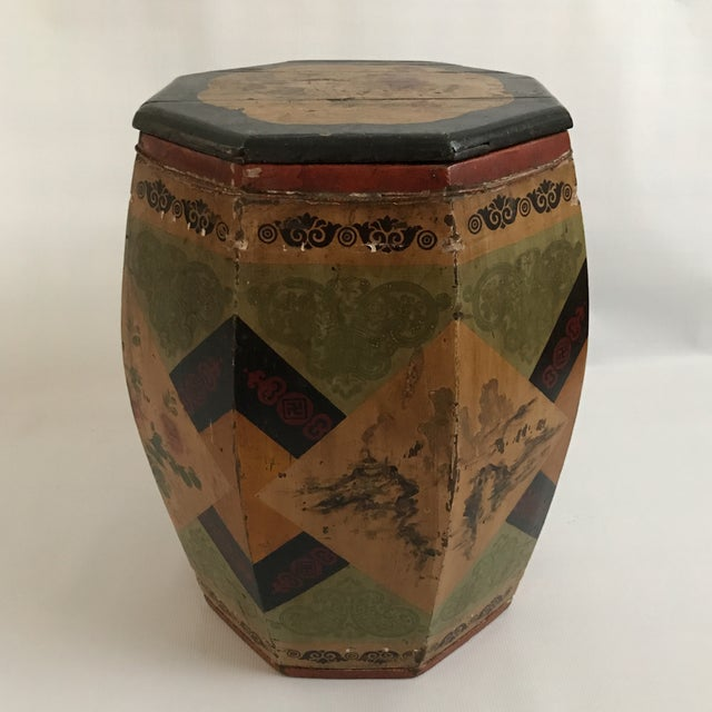 Octagonal wood drum barrel with lid decorated with chinoiserie motifs.